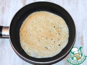 6. Разогрейте на среднем огне сковороду. Слегка смажьте топленым маслом и выпекайте блины с двух сторон.