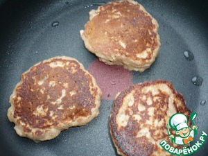 On lightly oiled with sunflower oil in a hot frying pan a tablespoon put pancakes. Fire reduce and bake on both sides until cooked.