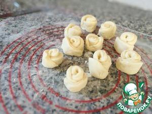 Поместить печенье на противень с бумагой для выпечки (если не уверены в качестве бумаги, то лучше смазать ее маслом). Выпекать 20-25 минут при температуре 190 градусов, пока печенья не подрумянятся. Следите за своей духовкой, они у нас все разные.   Готовое печенье выложить на решетку, накрыть полотенцем и дать отдохнуть - спустя короткое время (~ 15 минут) печенье станет намного мягче и вкуснее. Остывшее печенье можно посыпать сахарной пудрой. Храните печенье в емкости с плотно закрытой крышкой.      Печенье получается с нежным творожным вкусом, немного хрустящее, в меру сладкое, очень ароматное и вкусное.       Приятного аппетита!