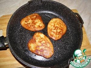 Fry both sides on medium heat under the lid! Be careful, shoot!