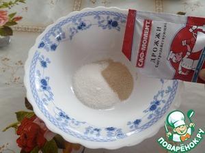 """В чашку выкладываем сахар и добавляем дрожжи """"САФ-МОМЕНТ"""". Добавляем теплую воду. Перемешиваем. Оставляем до появления """"шапочки""""."""