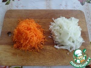 Нарезаем лук и трем на терке морковь.