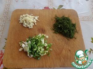 Мелко нарезаем чеснок и зелень.