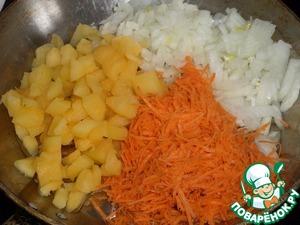 В сковороду наливаем растительное масло. Выкладываем нарезанные овощи.