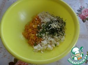 В чашку выкладываем обжаренные овощи. Добавляем брынзу (раскрошить руками), зелень и чеснок.