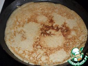 Из приготовленного теста на раскаленной смазанной маслом сковороде печем блины.