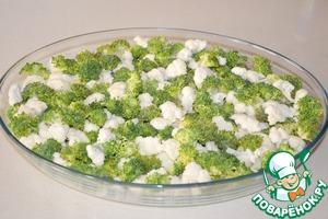 Потом выкладываем брокколи и цветную капусту.    Лучше разделить их на маленькие кусочки, чтобы удобнее было есть.    Обязательно солим.