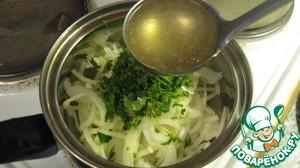 В сотейник выкладываем лук, зелень и заливаем бульоном в котором варилось наше мясо и томим минуты 2-3
