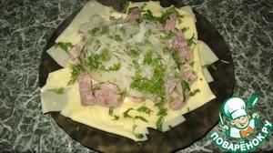 После того как лапша сварилась, выкладываем шумовкой на тарелку лапшу, сверху мясо, лук и посыпаем зеленью, бульон подаем отдельно в пиале. Приятного аппетита!