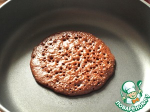 The pan well to heat. Baking pancakes the pan does not need to be lubricated. In the centre, pour 3 tablespoons of dough.  The entire surface is covered with holes. Flip pancake to other side and bake until tender.