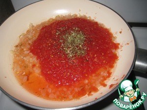 For the sauce, peeled tomatoes grind them. Finely chopped onion and garlic saute, add the tomatoes, sugar, salt, black pepper and oregano. Cook until thick.  If you take the tomatoes in their own juice, then the salt can not put sugar and add less.  The sauce can be prepared the day before or use the ready ones.