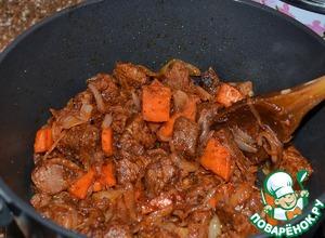 Влить томаты в собственном соку, 1 л. кипятка, перемешать и тушить 20 минут.   Посолить.      Томаты можно заменить свежими помидорами или томатным соусом.
