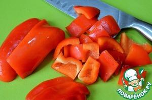 Перец и сельдерей нарезать.    Выложить в казан, тушить 20 минут.   Долить еще кипятка, покрывая овощи.
