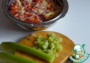 Стебли сельдерея тонко нарезать.    По поводу его полезности большие сомнения.    Но он придаст салату свежесть и сочность.