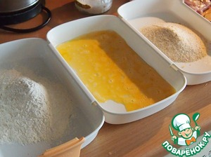 Prepare three plates and pour the flour, the other beaten with a fork egg, and Treu - crackers.