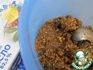 The milk poured on ground walnuts, mix well. Cool completely.
