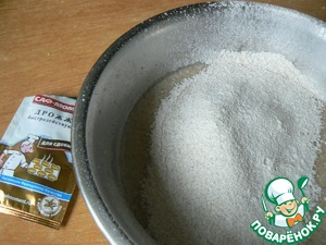 Beat the egg, sift both kinds of flour with baking powder, pour in the oil. Mix well and put in a warm place