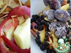 Очистки от яблок я не выбрасывала, добавила к ним немного замороженных ягод (смородина, ежевика, слива) и сварила компот.    Сахар при варке не добавляла.    Процедила и только потом добавила сахар.