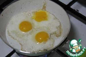 Bake the pancakes individually, adding the stuffing, dividing the specified quantity of ingredients into 4 portions.   In another pan fry the ham (bacon), at the same fat to fry fried eggs of 3 eggs per serving salt, pepper.