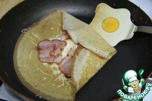 With a spatula to wrap the edges of the pancake for the filling in the envelope. To do so with all the pancakes, based on the amount per serving.