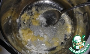 At this time, prepare the filling. In a saucepan melt the butter, add flour and lightly fry