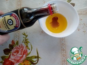 "Prepare the salad dressing. Pour in a Cup of mustard oil and lemon juice. Add the soy sauce ""Kikkoman""."