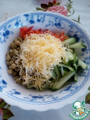 In a Cup put diced cucumber, green peas, cheese and bell pepper.