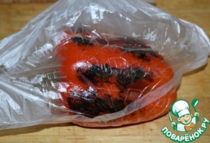 Pepper bake in a preheated 200*oven until brown markings.  When the oven I got busy, I proceed as follows: roast the peppers on a dry pan on high heat, constantly turning it. 6-7 minutes is enough. It turns out not worse, only faster.  Roast the pepper in a plastic bag, tie it tightly and leave for 10 minutes.