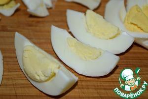 Яйца отварить и нарезать на шесть долек каждое.