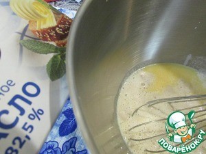 Pour the butter, add the vegetable oil and stir. Then pour milk-yeast mixture. Mix well.