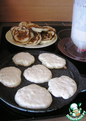 Bake the dough coming from medium-sized pancakes. Bake to your taste with oil or on a dry pan.