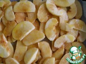 Яблоки почистить, нарезать тонкими дольками. Противень застелить бумагой для выпечки. Выложить дольки, посыпать их сахаром и полить маслом.