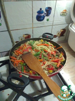 Spaghetti boiled washed poured oil brought to the vegetables stir for 10 minutes