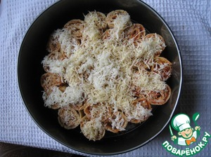 On top sprinkle them with grated cheese. Bake in the oven preheated to 200°C, for 15 minutes.
