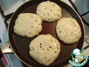 Разогреваем сковороду, подмазываем и формируем маленькие оладушки. Я разливала тесто поварёшкой. Сковорода у меня D-24 см. Выкладывала по 4 блинчика.