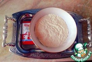 Готовим тесто.    Разогреть молоко до парного состояния, всыпать в него дрожжи саф-момент. Добавить в тесто муку, взбитые яйца, растопленное масло, творог, соль. Вымесить до гладкости и поставить подходить.