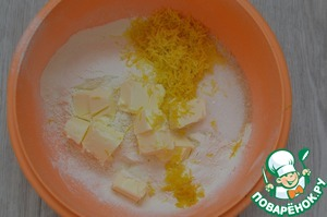 Butter TM milieu cut into pieces, add to flour and quickly RUB with your hands into crumbs.