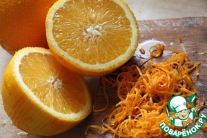 Squeeze the juice from oranges. With one chop the zest fine strips.