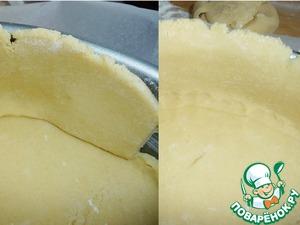 Выставить ленту на дно формы.    Место стыка теста на основании пирога хорошо продавить пальцами, чтобы тесто не было толстым.