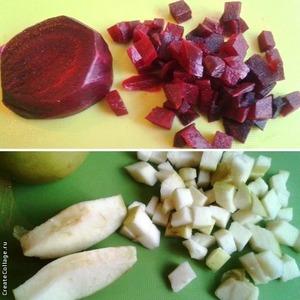 Свеклу отварить или запечь в духовке.    Очистить и нарезать кубиками свеклу и яблоки. Яблоки я не очищала.