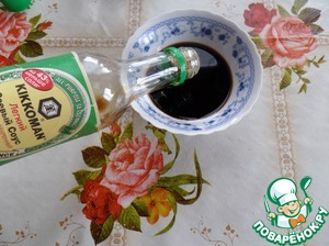 """In a Cup, pour 3 tbsp of soy sauce """"Kikkoman"""" easy. Add the mixture of peppers."""