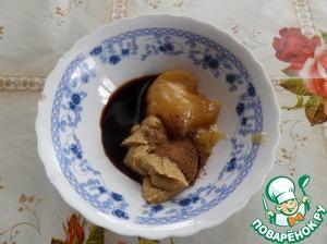 Готовим 2-ой маринад. В чашку выкладываем мед, горчицу, корицу и соевый соус (1 ст. л.).