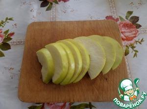 Яблоко очищаем от семечек и нарезаем на ломтики.