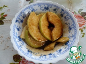 Put Apple slices in the prepared honey-mustard-soy marinade. Mix well.