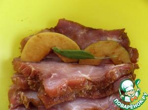 Между кусками мяса выкладываем ломтики замаринованных яблок и листочки шалфея.