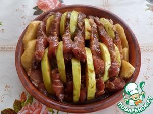 Выкладываем мясо с яблоком и шалфеем в смазанную маслом форму. Накрываем форму фольгой. Помещаем в разогретую духовку.