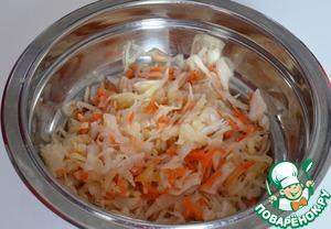 Квашеную капусту отжать, при необходимости промыть.    Но этот шаг убавит количество витаминов.
