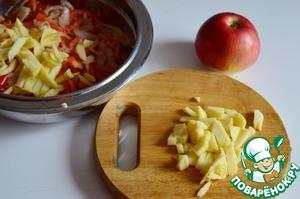 Яблоки очистить и нарезать соломкой.    Конечно, наибольшей свежестью и количеством сохраненных витаминов отличаются местные сорта яблок.