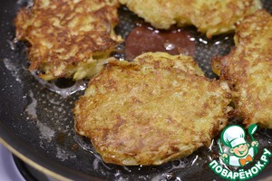 With a spoon spread the potato mixture (try not to scoop up liquid) in hot vegetable oil, fry pancakes until it will turn brown on both sides. Separately fry chopped mushrooms.