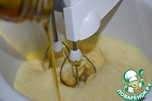 Мед и лимонный сок.    Если вас смущает наличие меда, то его можно заменить на густой фруктовый или сахарный сироп. (например, я пробовала печь пирог с сиропом, приготовленным по этому рецепту http://www.povarenok .ru/recipes/show/  137585/)